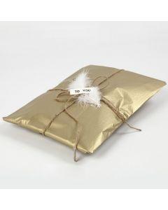 Lahjapaketointia kultaisella silkkipaperilla