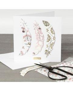 Paperihöyhenillä koristeltu korttipohja