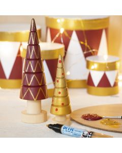 Askartelumaaleilla ja Plus Color -tusseilla koristellut puiset joulukuuset