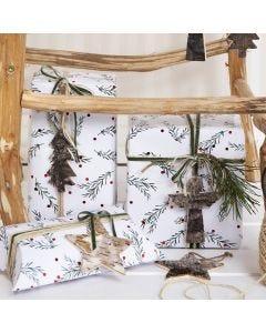 Joululahjapaketointia vihreillä oksakuvioilla. Koristeltu luonnonhamppunarulla, koristenauhalla ja kaarnaetiketillä