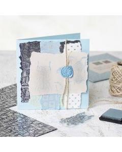 Itsetehty kortti käsintehdystä paperista, painetuista kuvista ja sinetistä