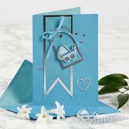 Lastenvaunulla koristeltu ristiäiskortti