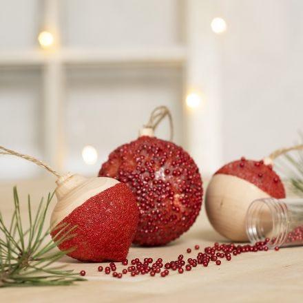 Askartelumaalilla, liimamassalla ja mini-lasihelmillä koristellut joulupallot