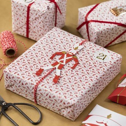 Kartonkihahmolla koristeltu lahjapaketti