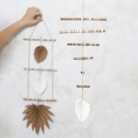 Bambitikuista ja nahkapaperista tehty mobile