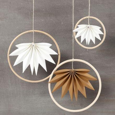 Kassinkahvasta ja nahkapaperilehdistä tehty roikkuva koriste