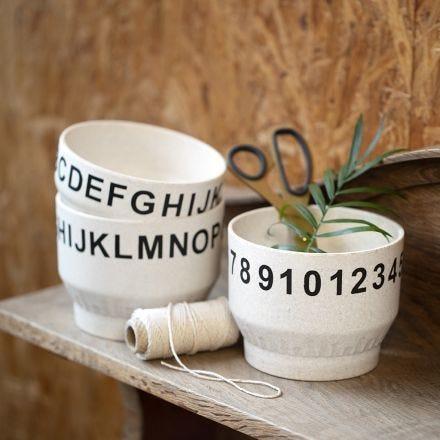 Numeroin ja kirjaimin koristeltu kulho