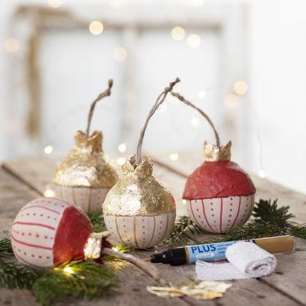 Lehtimetallijäljitelmällä koristeltu joulupallo