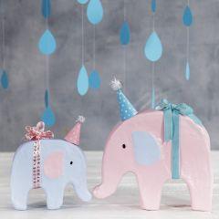 Askartelumaalilla ja pienellä hatulla koristeltu elefantti