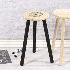 Etnisillä kuvioilla koristeltu tuoli