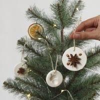 Ripustettavat koristeet itsekovettuvasta savesta ja luonnonmateriaaleista