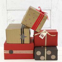 Kultaiset, punaiset ja mustat lahjapaketit