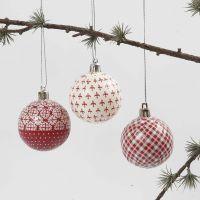 Joulupallo punaisella ja valkoisella decoupagella