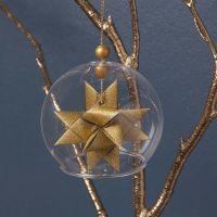 Punotulla tähdellä koristeltu lasipallo