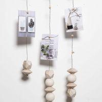 Kukkalangasta tehty mobile, johon on lisätty magneetin avulla valokuvia jne.