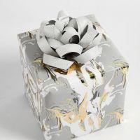 Paperisuikalerusetilla koristeltu lahjapaketti