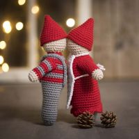 A kissing elf couple crocheted from maxi xotton yarn