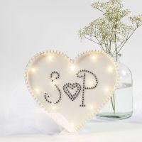 Sydämen muotoinen valokoriste akryylitimanteilla ja helmenpuolikkailla