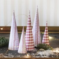 Joulukuusen muotoiset kartiot design-paperista