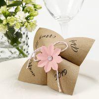 Paperinen ennustaja-menukortti paperista ja kuvioleikkurilla tehdystä kukasta