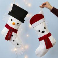 Lumiukoksi ja jääkarhuksi koristeltu joulusukka