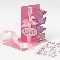 Timanttiperhosilla koristeltu kortti