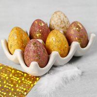 Vesiväreillä ja koristefoliolla koristellut munat