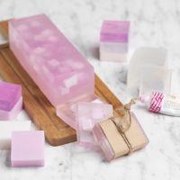 Värillisillä kuutioilla koristeltu itsetehty saippua
