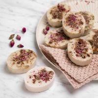 Kotitekoinen sheasaippua vaniljalla ja ruusun terälehdillä