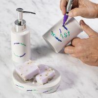 Lasi- ja posliinitusseilla koristellut saippua- annostelija ja teline