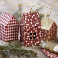 Kimalteella koristeltu roikkuva talokoriste kartongista ja kankaasta