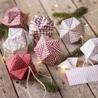 Origamipaperista taiteltu joulupallo